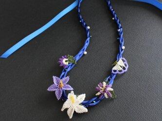 オヤ⁂ダークブルーのお花のネックレス リボン留めの画像