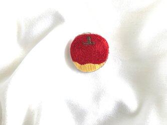 林檎刺繍のブローチの画像