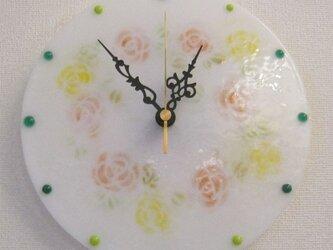 おしゃれで可愛いインテリアにもなるアートな花柄の丸い時計T33の画像