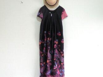 鳥柄のインドネシアの布で作ったワンピース/ピンクの画像
