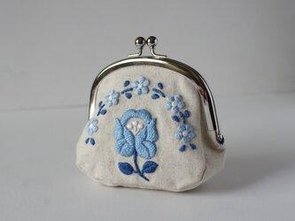 青い花刺繍のがま口の画像