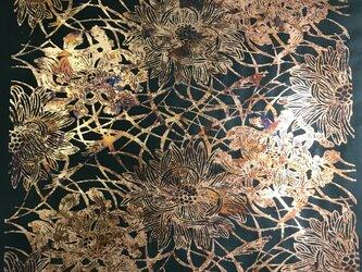 ギルディング和紙 菊にススキ柄黒和紙赤混合箔の画像