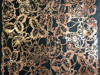 ギルディング和紙 花園柄黒和紙赤混合箔の画像