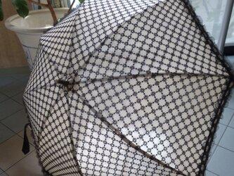 木漏れ日の日傘の画像