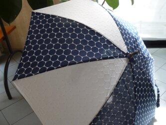 青空にまぶしいネイビーとホワイト・・日傘の画像