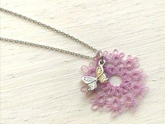 レースと蝶の小さなネックレス ピンクの画像