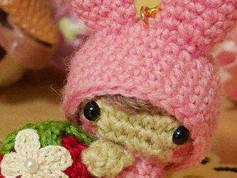 【受注制作】うさ耳帽子のベビーちゃん・イチゴ抱っこ・ピンク(S)/ボールチェーンの画像