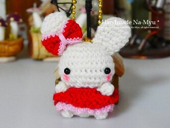 【受注制作】あみぐるみ・ふわふわワンピのウサギちゃん♪(リボン)・レッド/ボールチェーンの画像