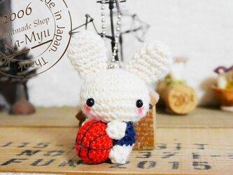 【受注制作】あみぐるみ・バスケットボール選手ウサギちゃん(お好きな背番号やアルファベットで!) (S)/ボールチェーンの画像