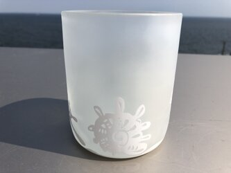 白い砂浜の貝殻拾いグラスの画像