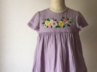 size90cm刺繍チュニックワンピース ラベンダー花冠と青い実の刺繍 の画像