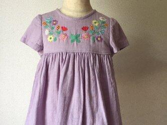 刺繍チュニックワンピース ラベンダーやさしい色の花の刺繍 size90cmの画像