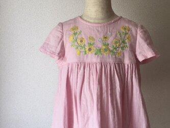 刺繍チュニックワンピース ピンク色の黄色い花の刺繍 size100cmの画像