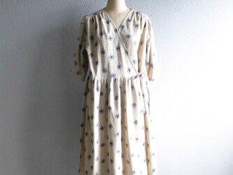 綿麻花刺繍のカシュクールワンピースの画像