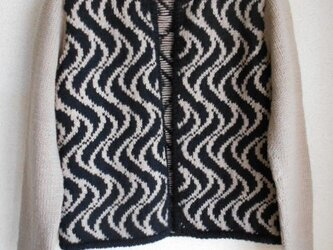 黒とベージュの編み込みジャケットの画像