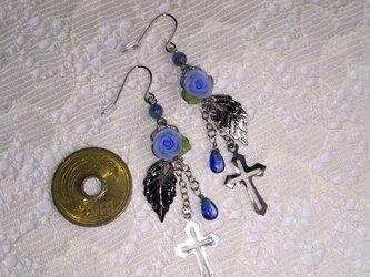 カイヤナイトと青薔薇のピアスの画像
