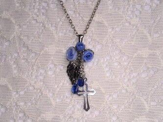 カイヤナイトと青薔薇のネックレスの画像