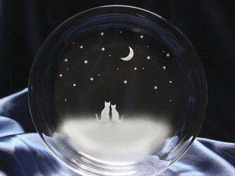【一緒にみる三日月の夜空】猫モチーフのガラス小皿の画像