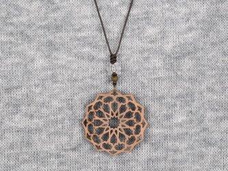 アラベスクのネックレス クルミの木のアクセサリーの画像
