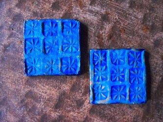青い花のタイルの画像