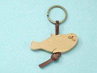 ごきげんアザラシ 木のキーリングの画像