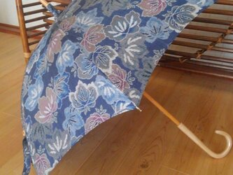 日傘 青い大島の画像