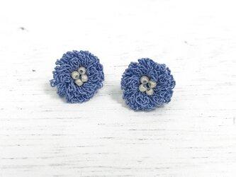 flower ピアス/イヤリング C  - ラベンダーブルー × オフホワイトの画像