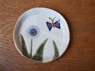 みず色の花とチョウの小皿の画像