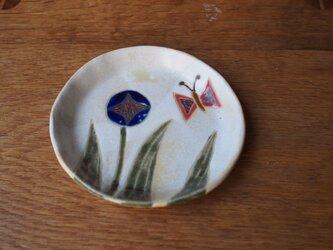 青色の花とチョウの小皿の画像
