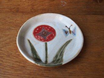 赤色の花とチョウの小皿の画像