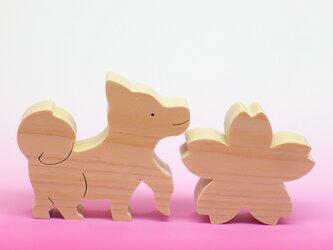 送料無料 木のおもちゃ 桜と豆柴の画像