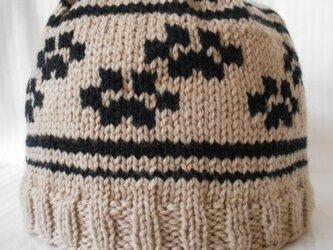 肉球柄の編み込みニット帽子の画像