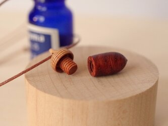 木彫どんぐりアロマディフューザーのペンダント : カリン×サクラの画像