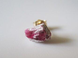レッドベリルの結晶原石ピアス/ Utah, USA 片耳  14KGFの画像