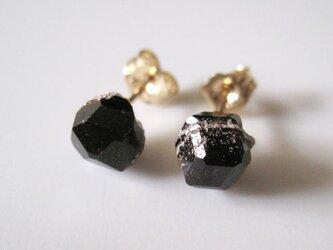 ガーネットの鉱物原石ピアス・長野県産満ばん柘榴石Spessartine Garnet  14kgfの画像