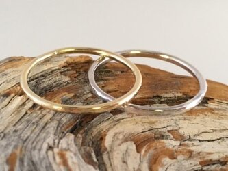 金の指輪と銀の指輪 ペアリングセットの画像