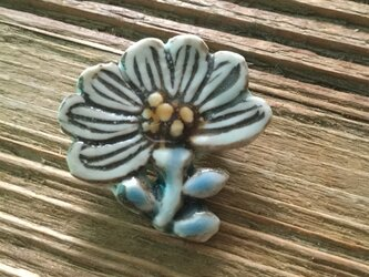 陶器で出来たお花のブローチの画像