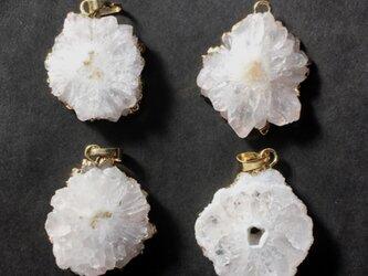 【再入荷】天然石ソーラークォーツ フラワー バチカン付きパーツ ホワイトの画像