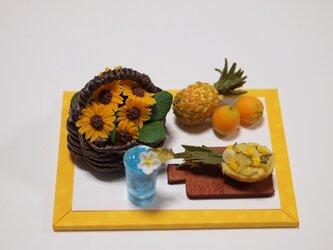 ひまわりの籠盛りとパイナップルの画像
