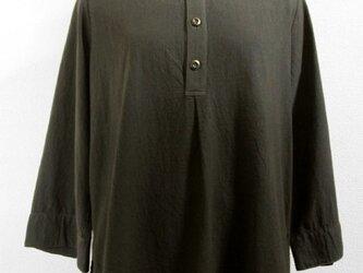 八分袖・バンドカラーのトップス(ボカシ染・グレー色濃淡)の画像
