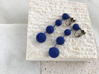 デカ編み玉イヤリング/ピアス リネン青の画像
