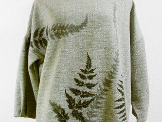 ボートネックの八分袖トップス(羊歯の葉模様・薄グレー色)の画像
