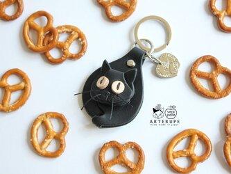 猫のキーリング プレッツェル ブラック ピンクの肉球の画像