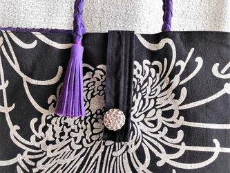 白から白銀系の洋服に美しい紫がポイントの菊柄バック A4クリアファイルが入るの画像