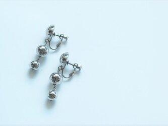 シルバーボールのイヤリングの画像
