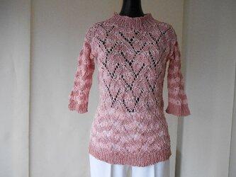 ピンクの透かし編みボーダーセーターの画像