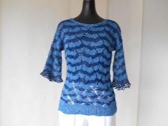 ブルーの透かし編みボーダーセーターの画像