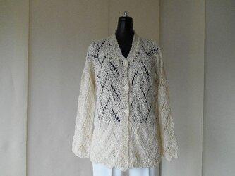 生成りの透かし編みカーディガンの画像