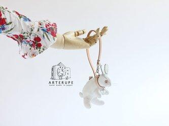 ホワイトうさぎのピョートルはキーポーチUsagi no Pyotr イタリア製シュリンクレザー使用の画像