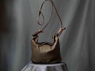 サービス品/吸い付くタッチ感⋰製品後染め加工/LUAショルダーバッグ#チョコレートの画像